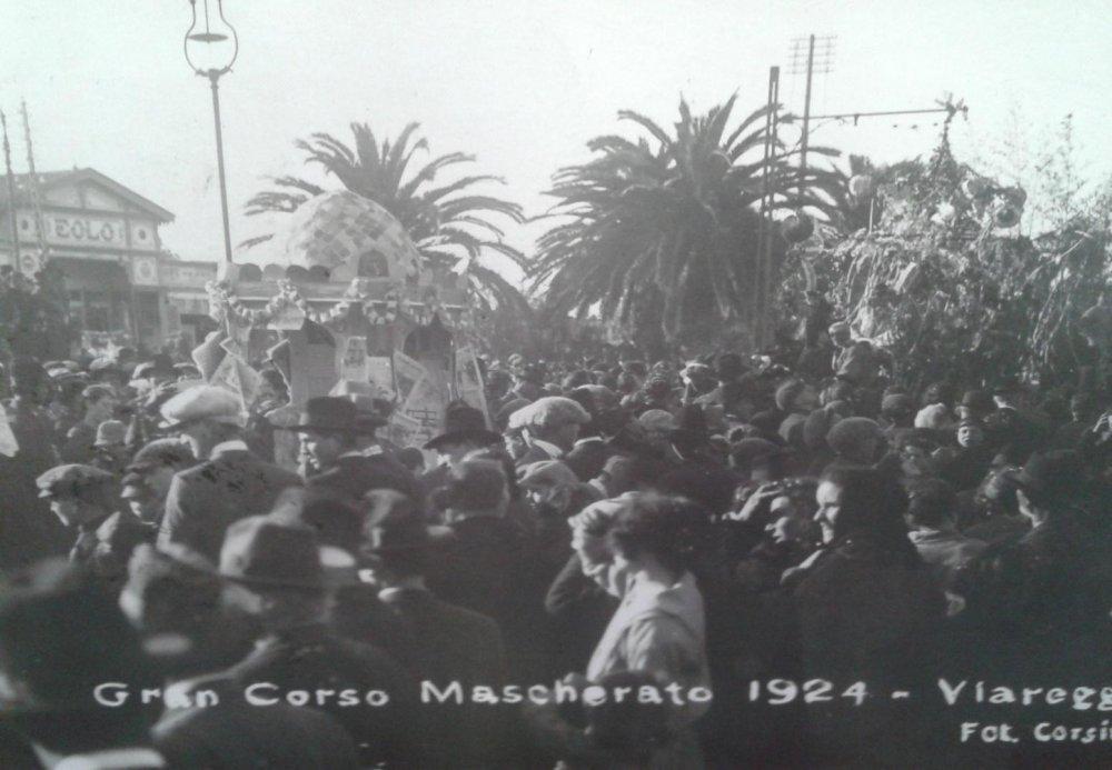 I giornali ed il relativo chiosco di  - Mascherate di Gruppo - Carnevale di Viareggio 1924