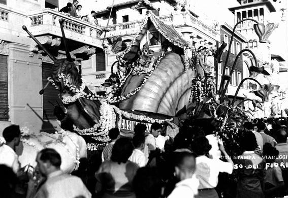 Casina nel bosco di  - Carri Fioriti - Carnevale di Viareggio 1950