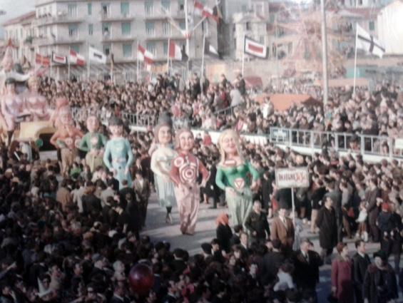 Insegne yè yè di Giovanni Pardini - Mascherate di Gruppo - Carnevale di Viareggio 1968