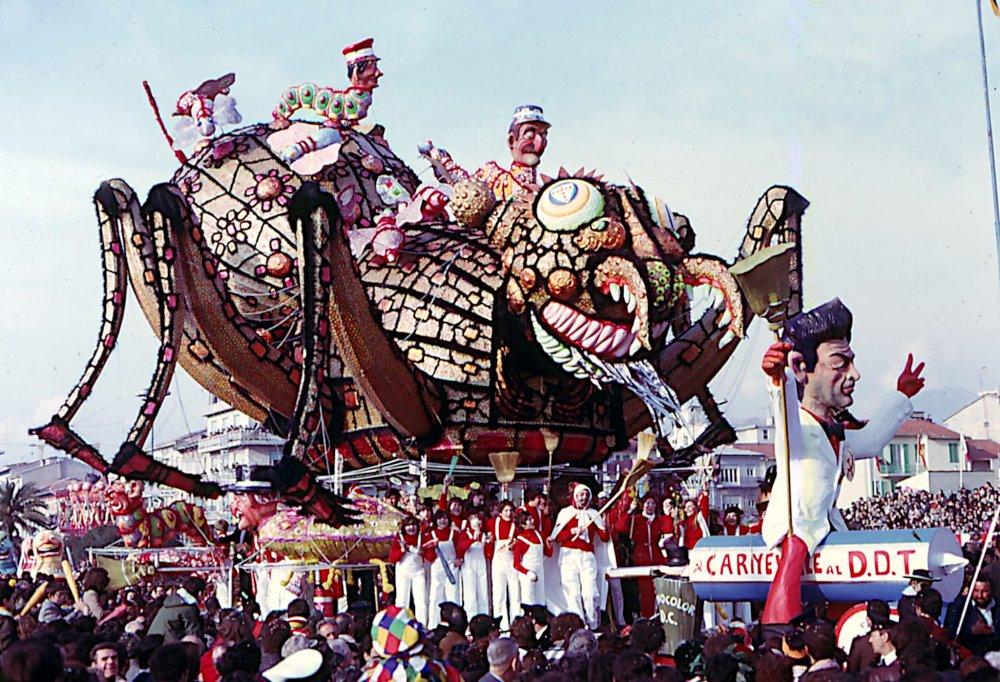 Carnevale al DDT di Giovanni Lazzarini - Carri grandi - Carnevale di Viareggio 1976