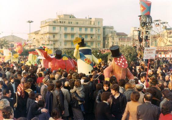 I blasonati del giorno di Paolo Lazzari - Mascherate di Gruppo - Carnevale di Viareggio 1977
