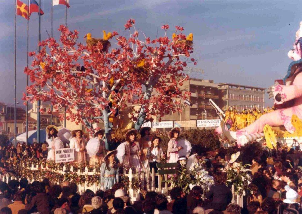 Carro fiorito di Rione Migliarina - Fuori Concorso - Carnevale di Viareggio 1980