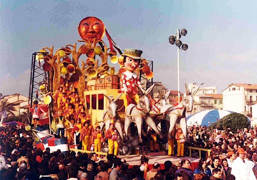 Il paese degli scandalocchi di Eros Canova - Carri piccoli - Carnevale di Viareggio 1981