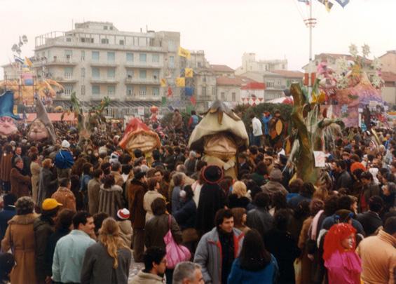 Scusate, un bosco pulito? di Scuola della cartapesta - Mascherate di Gruppo - Carnevale di Viareggio 1983
