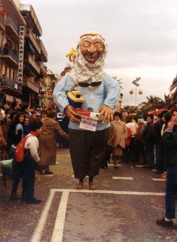 Arraffa te che arraffo io di Cristina Etna - Maschere Isolate - Carnevale di Viareggio 1986