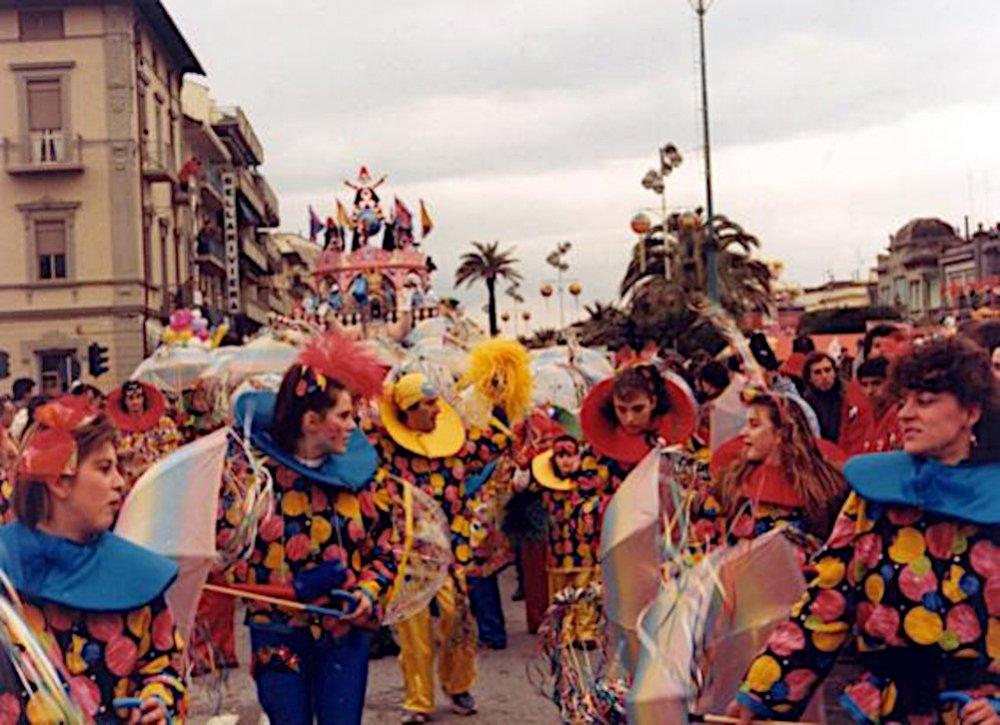 Pioggia di coriandoli di Rione Varignano - Palio dei Rioni - Carnevale di Viareggio 1986