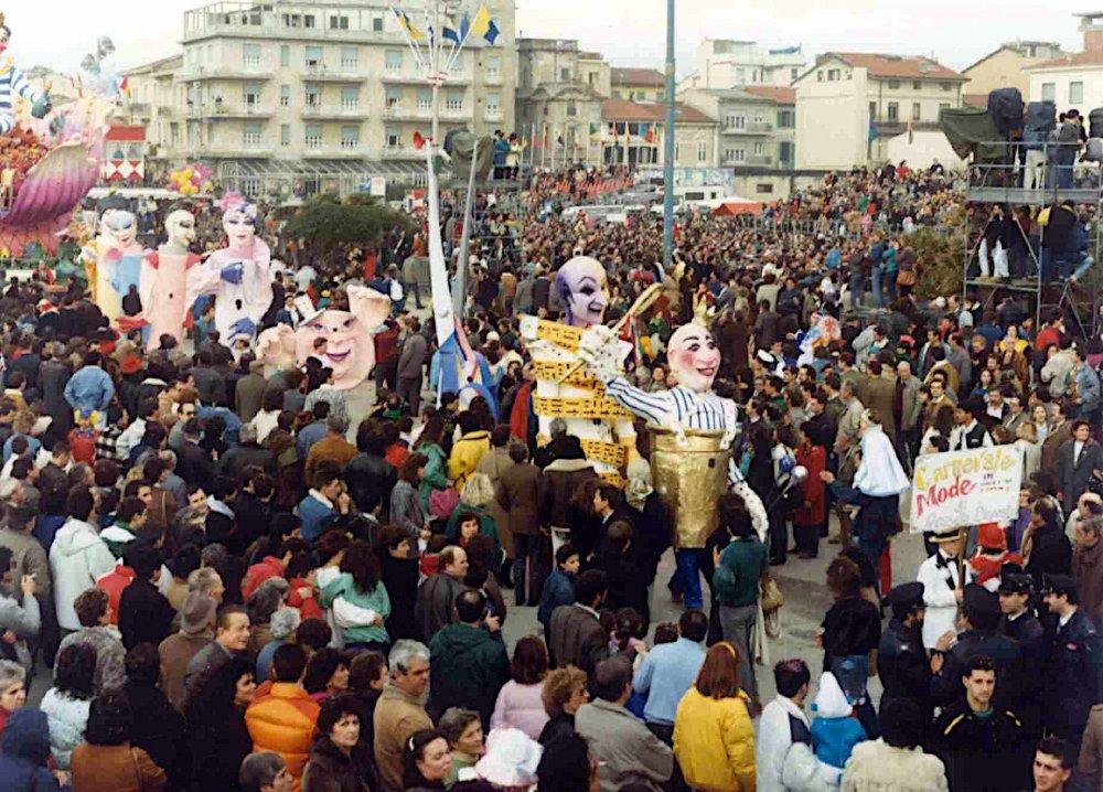 Carnevale mode in Italy di Rossella Disposito - Mascherate di Gruppo - Carnevale di Viareggio 1987
