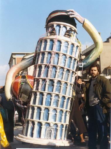 Casco o non casco di Maria Grazia Canova - Maschere Isolate - Carnevale di Viareggio 1987