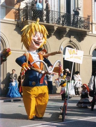 Via... col casco di Cristina Etna - Maschere Isolate - Carnevale di Viareggio 1987