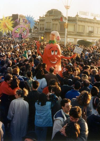 Pomodoro con...dito di Pasquale Fiorinello e Massimo Breschi - Maschere Isolate - Carnevale di Viareggio 1988