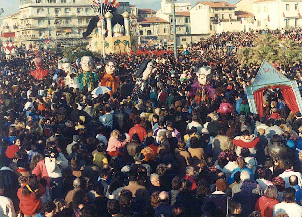 Poveri burattini di Roberto Musetti - Mascherate di Gruppo - Carnevale di Viareggio 1989