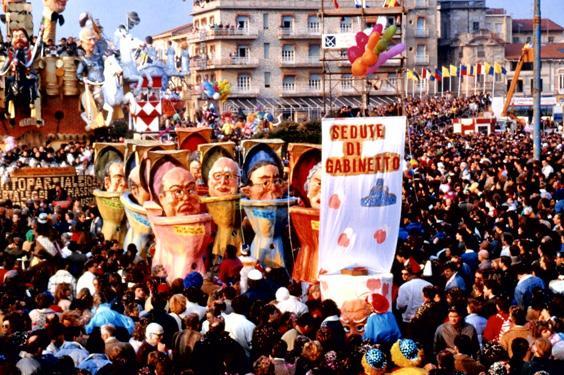Sedute di gabinetto di Piero Ghilarducci - Mascherate di Gruppo - Carnevale di Viareggio 1989
