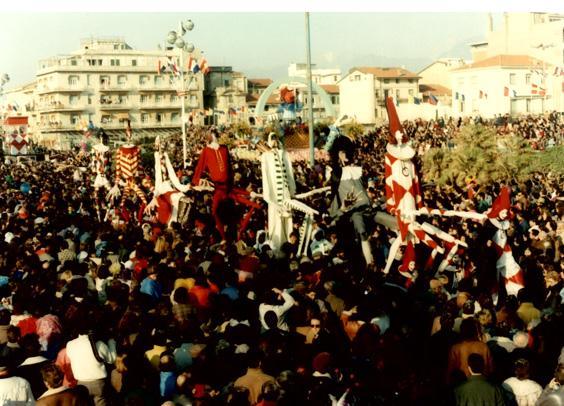 Servi e padroni, ingenui e furbacchioni di Mariangela Rugani - Mascherate di Gruppo - Carnevale di Viareggio 1989