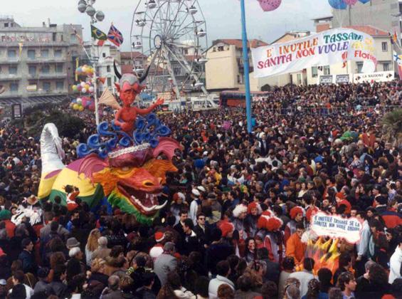 È inutile tassare se la sanità non vuole andare di Floriano Marchi - Maschere Isolate - Carnevale di Viareggio 1990