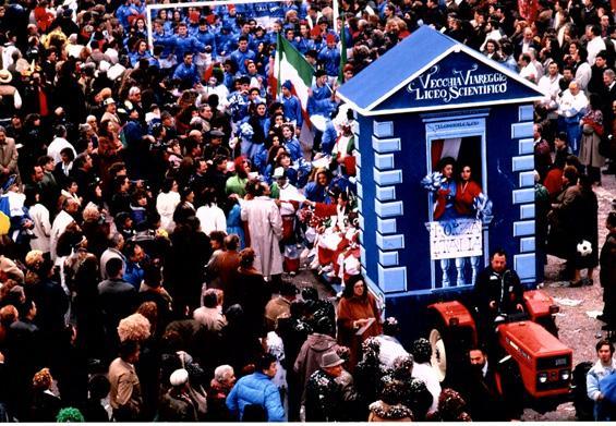 Italia la testa nel pallone di Rione Vecchia Viareggio - Palio dei Rioni - Carnevale di Viareggio 1990