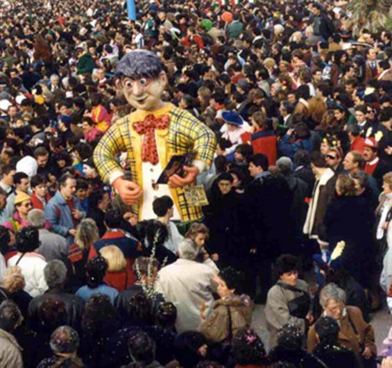 Più lo tiri su, più ti tira giù di Eugenio Rossi - Maschere Isolate - Carnevale di Viareggio 1990